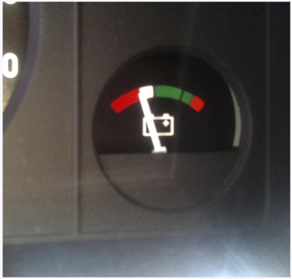 Положение стрелки вольтметра до запуска двигателя (зажигание включено)